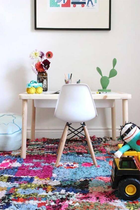 Quarto com tapete frufru colorido