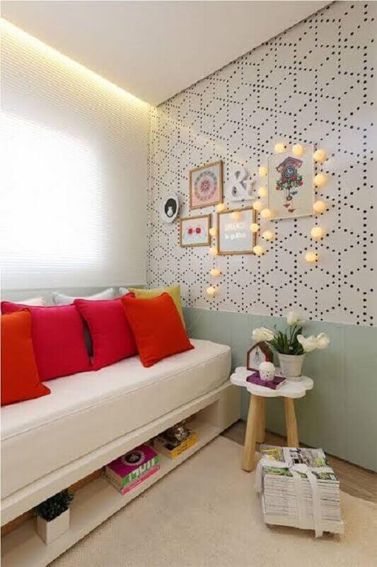 quarto decorado com sofá cama e almofadas vermelhas Foto Archzine