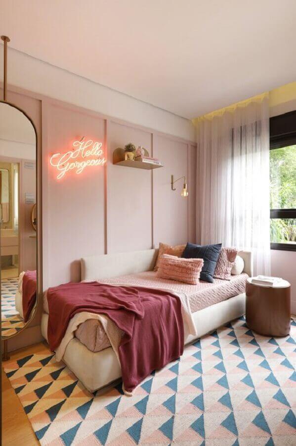 quarto juvenil feminino decorado com tapete geométrico Foto Casa Vogue