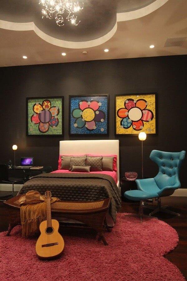 quarto juvenil feminino moderno com parede preta e quadros coloridos Foto Home Decor Ideas