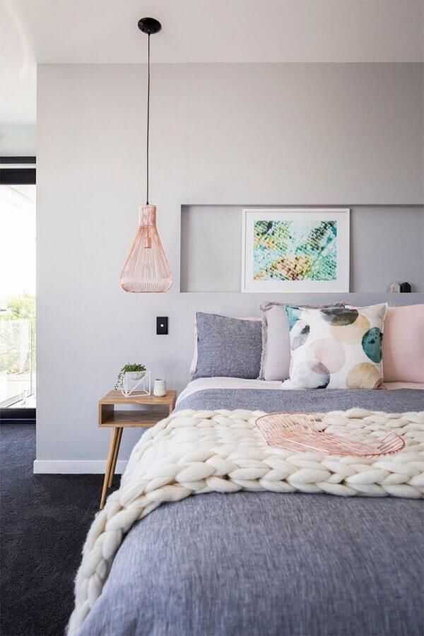 quarto moderno cinza e rosa decorado com pendente cobre rose aramado Foto Pluska