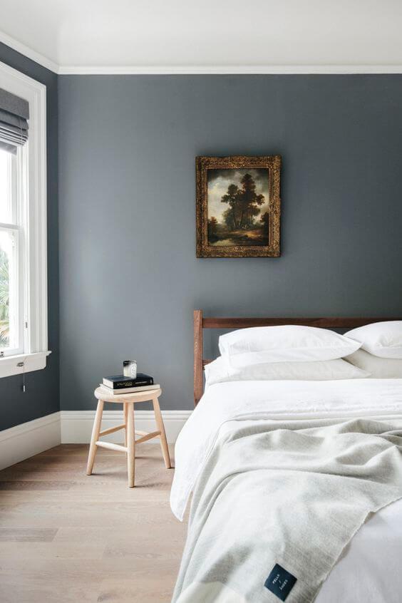 Quarto moderno com rodapé branco e parede cinza
