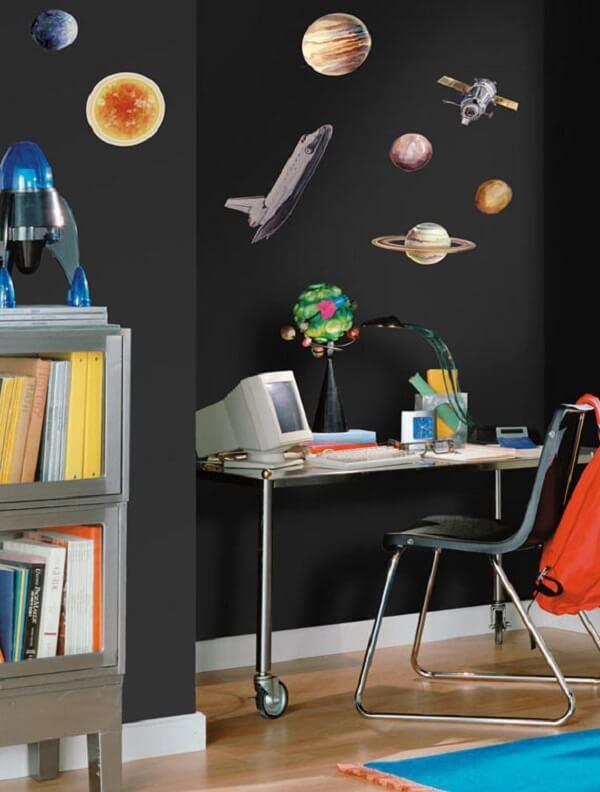 Adesivos criativos podem enfeitar o ambiente com parede preta