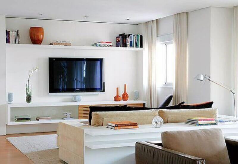 rack com painel branco para decoração de sala clean Foto Arquitrecos