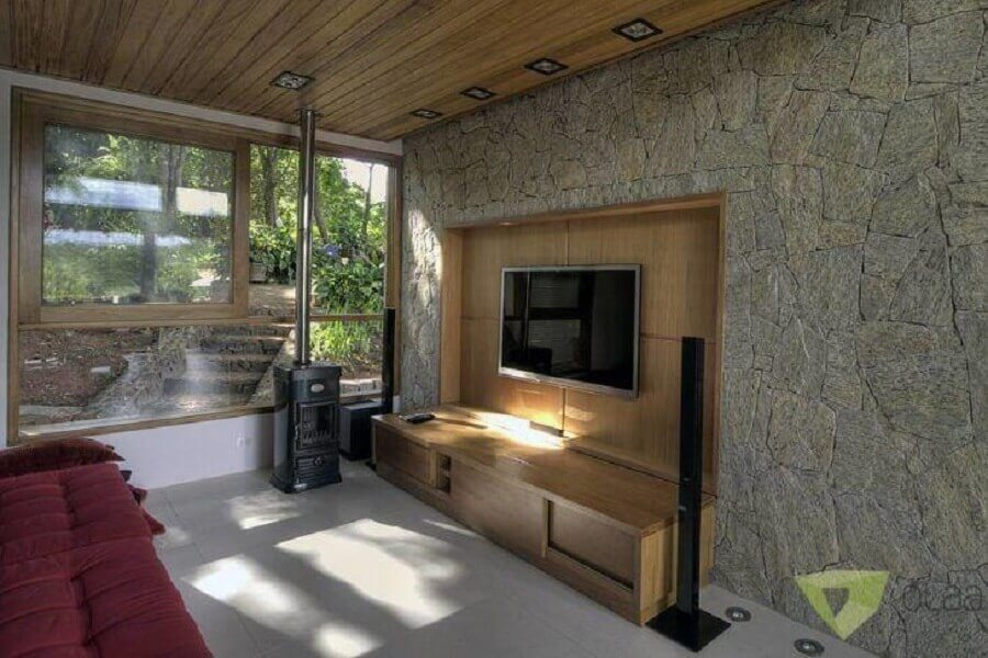 rack com painel para tv para sala com revestimento de pedra Foto Olaa Arquitetos