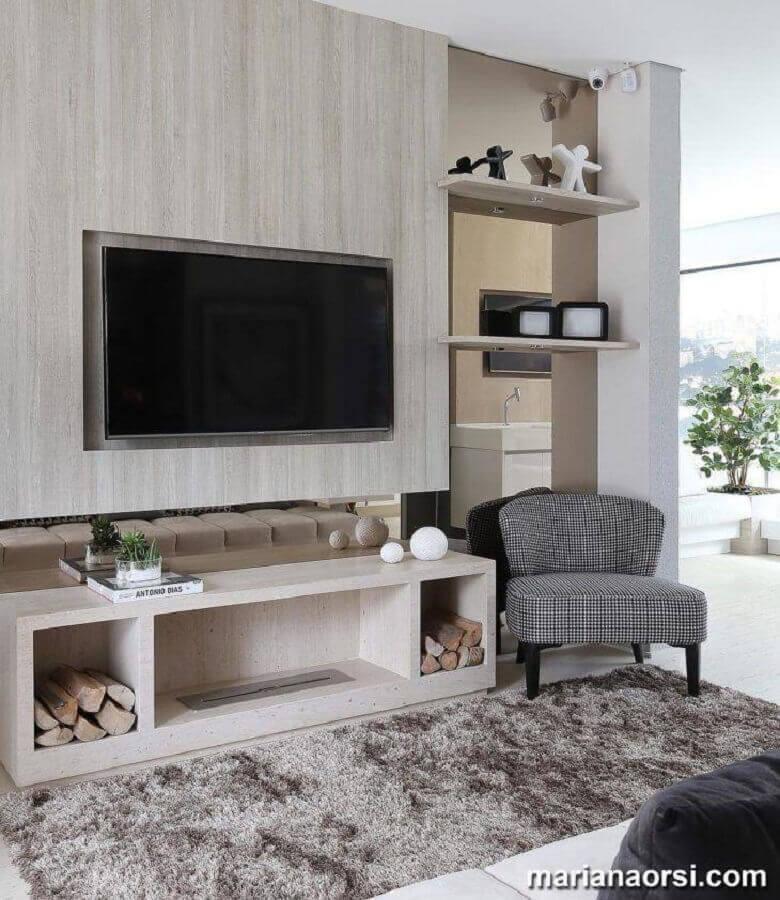 rack com painel simples para sala decorada com tapete felpudo Foto Mariana Orsi
