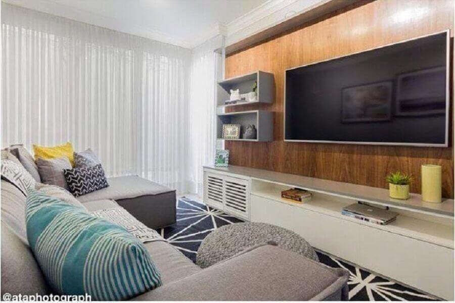racks modernos com painel para sala decorada com sofá cinza e puff de crochê redondo Foto Duda Senna