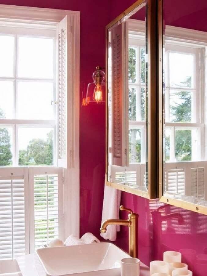 revestimento magenta para banheiro com torneira dourada Foto Pinterest