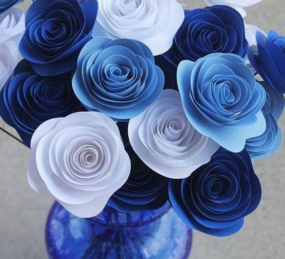 rosas de papel - arranjo de rosas azuis de papel - Casa Comida e Roupa Espalhada