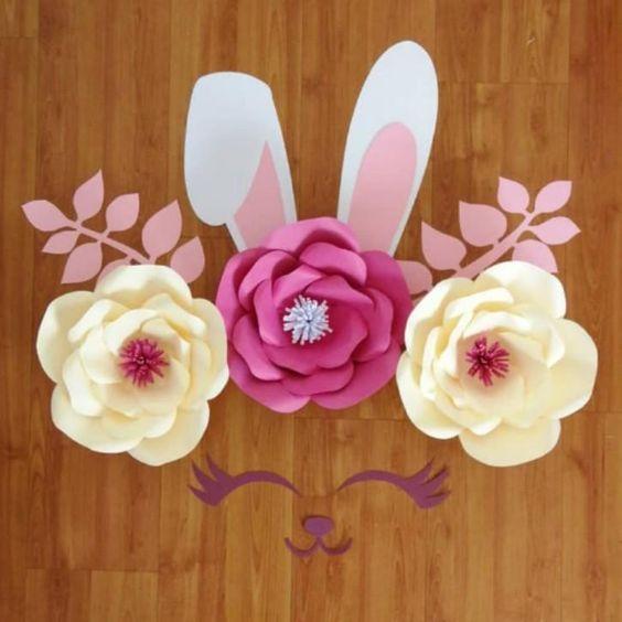 rosas de papel - centro de mesa de coelho e rosas de papel
