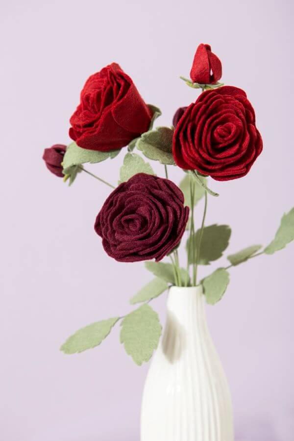 Rosas de feltro com vaso branco