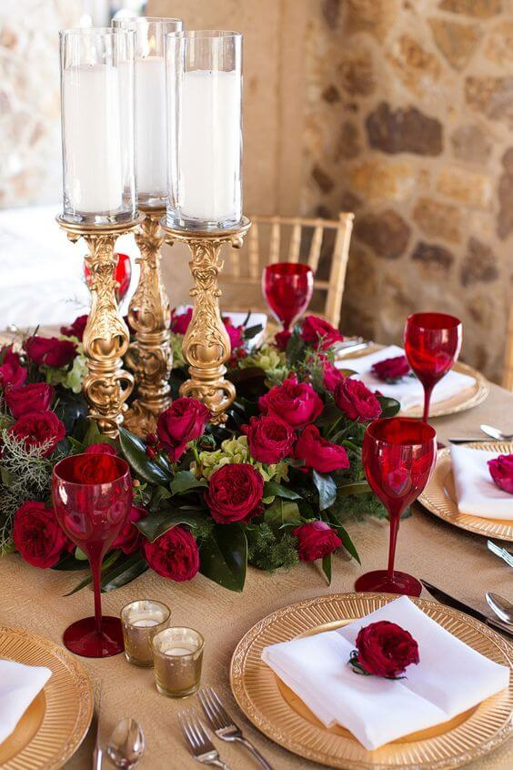 Rosas vermelhas como centro de mesa