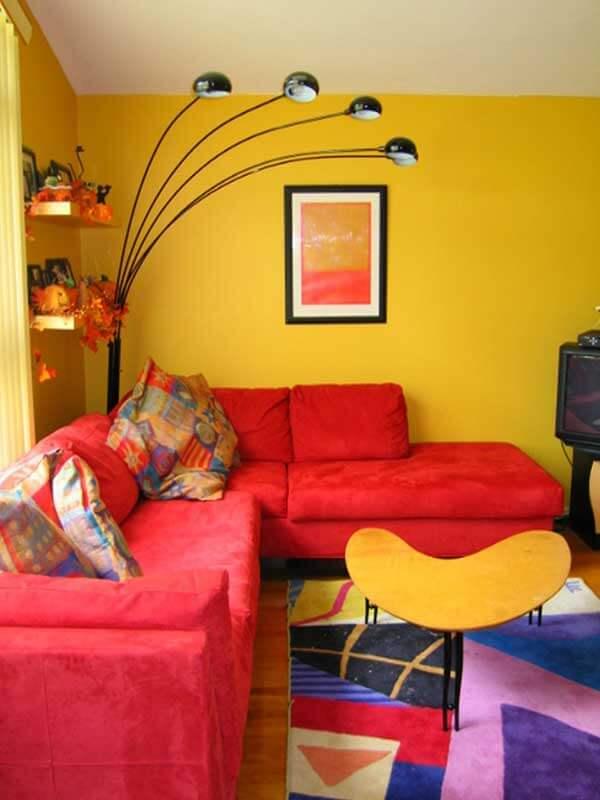 Sala vermelha com detalhes em amarelo