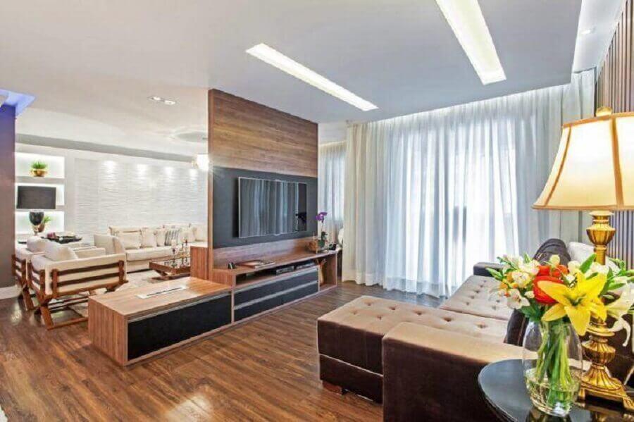 sala ampla decorada com rack com painel para tv Foto Azoni Arquitetura