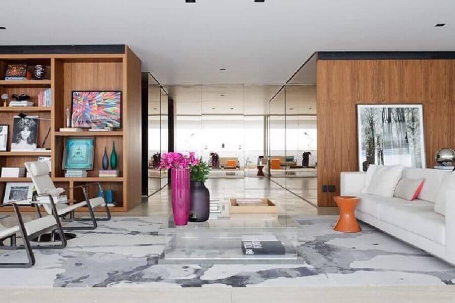 sala ampla e moderna decorada com vaso grande rosa magenta Foto Suite Arquitetos