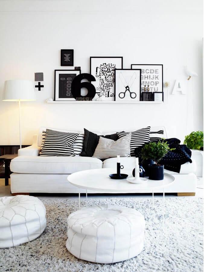 sala branca decorada com quadros decorativos preto e branco Foto Maison Design