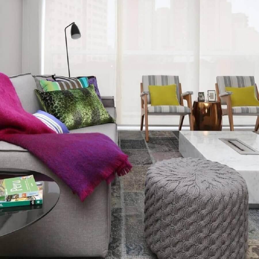 sala cinza decorada com manta magenta Foto Mandril Arquitetura e Design