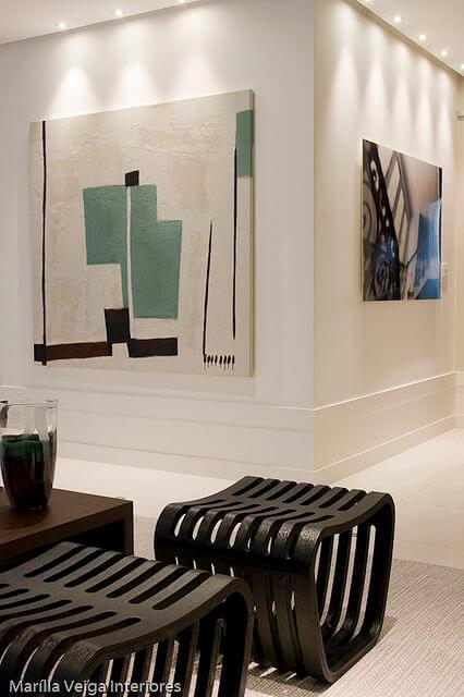 Sala com rodapé branco alto