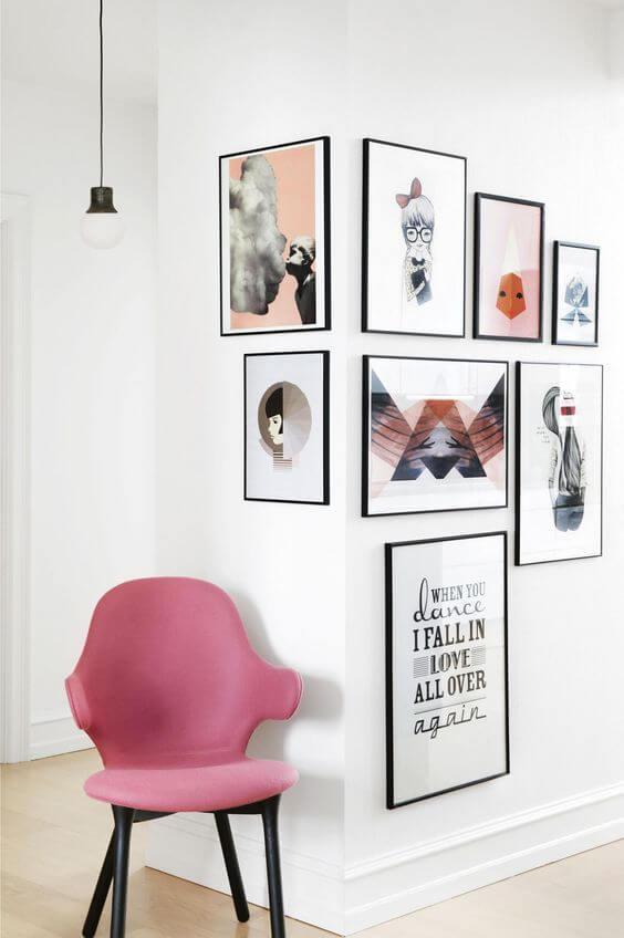 Sala com rodapé branco com quadros modernos