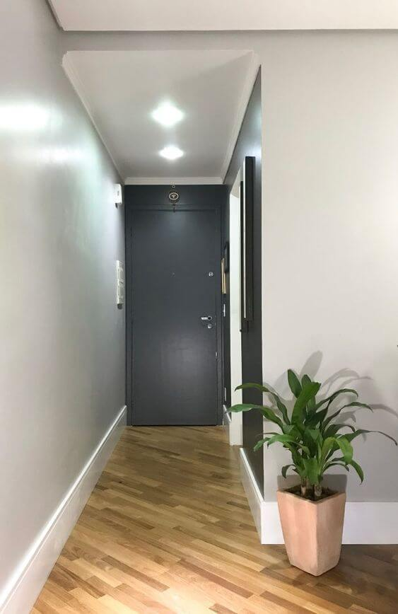 Sala decorada com rodapé branco
