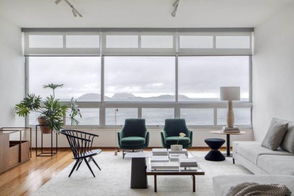 Sala de estar com janela de vidro ampla