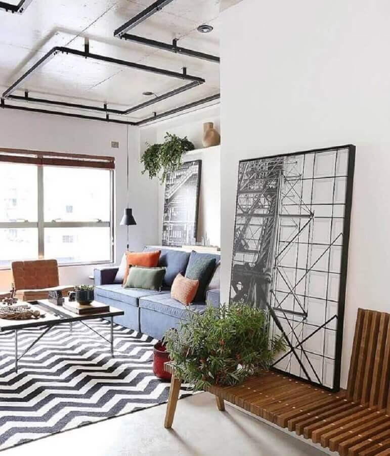 sala de estar decorada com quadro preto e branco grande apoiado na parede Foto Moldura Minuto