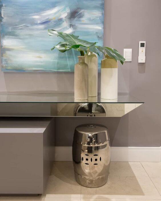 Sala de estar moderna com rodapé branco