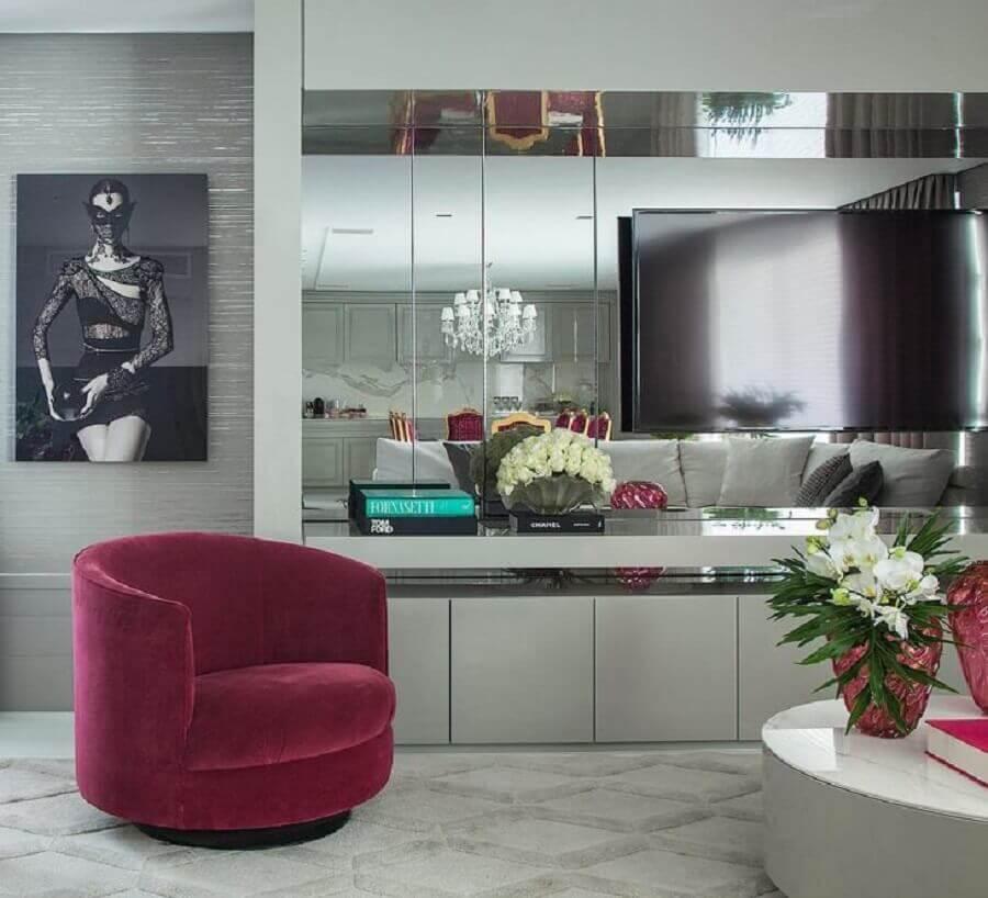 sala de estar moderna toda cinza decorada com poltrona magenta Foto Christina Hamouri Ruivo