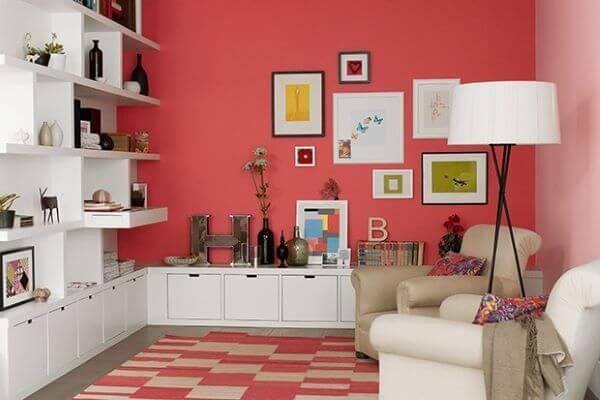 Sala de estar vermelha com móveis brancos