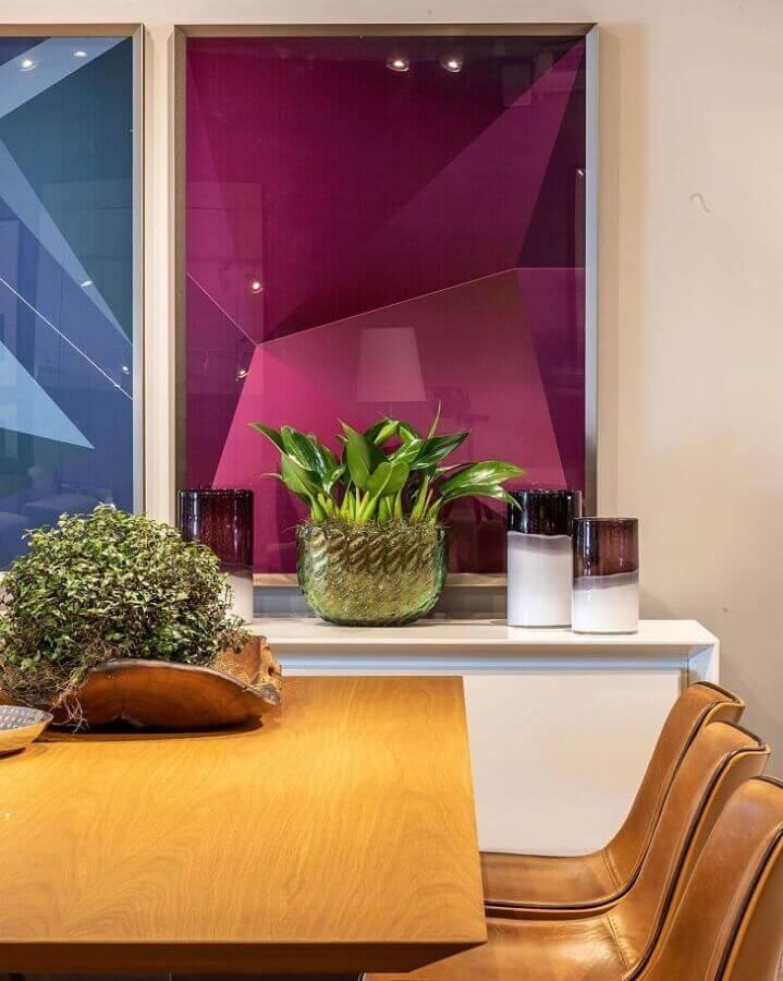 sala de jantar decorada com quadro magenta e azul Foto Bruno Carvalho