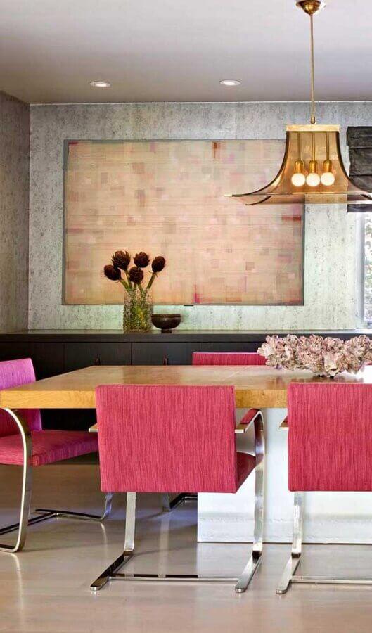 sala de jantar moderna decorada com mesa de madeira e cadeiras rosa magenta Foto Wood Save