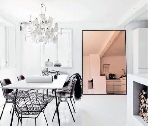 sala de jantar toda branca com espelho grande de chão bronze Foto PS do Vidro