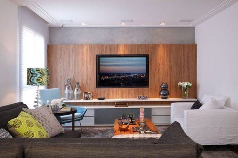 sala decorada com rack com painel de madeira Foto Pinterest