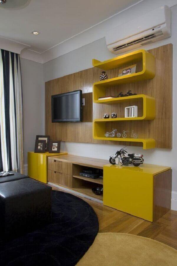 sala decorada com rack com painel e nichos amarelos Foto HomeIt