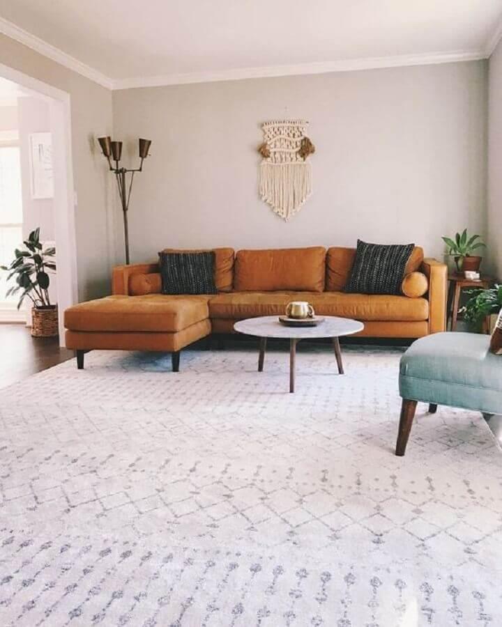 sala decorada com sofá com chaise marrom Foto Article