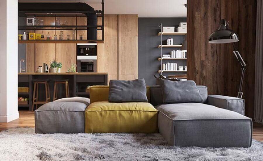 sala decorada com sofá modulável cinza e amarelo Foto Behance