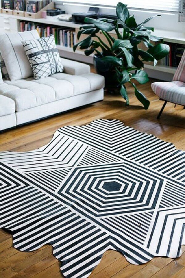 sala decorada com tapete de couro com grafismo Foto Tudo Especial