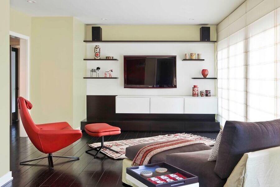sala moderna decorada com poltrona vermelha e rack com painel suspenso Foto Architectural Design