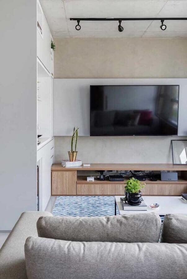 sala moderna decorada com rack com painel branco e trilho de luz  Foto Ideias Decor
