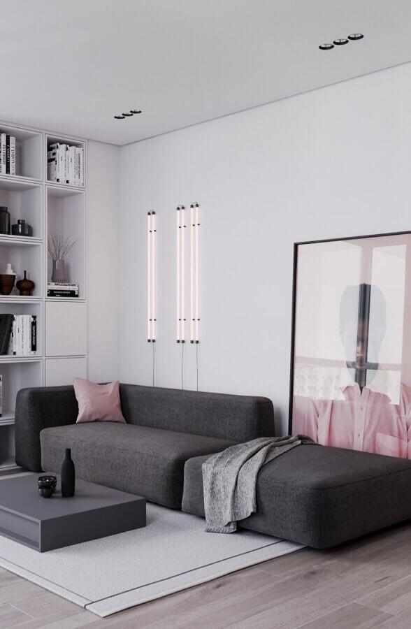 sala moderna decorada com sofá cinza modulável e almofadas rosas Foto Behance