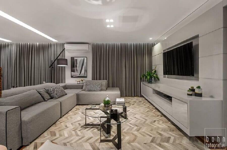 sala moderna toda cinza decorada com tapete de couro escama de peixe Foto Bohn Fotografias