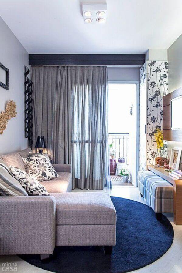sala pequena decorada com tapete redondo e sofá retrátil cinza Foto Casinha Arrumada