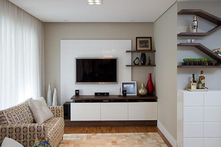 sala simples decorada com rack com painel branco Foto Sartori Design