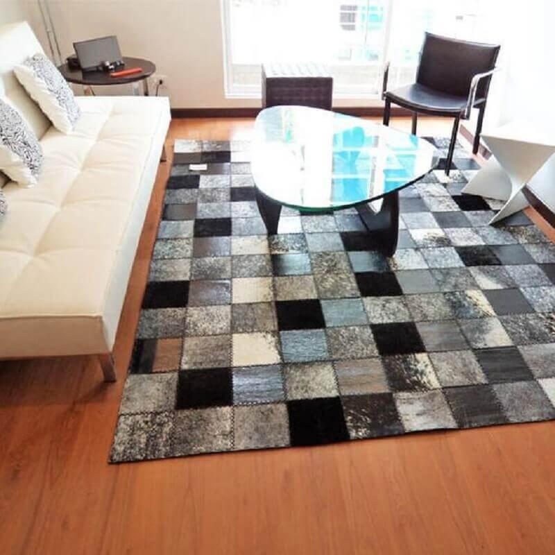 sala simples decorada com tapete de couro quadriculado Foto Tudo Especial