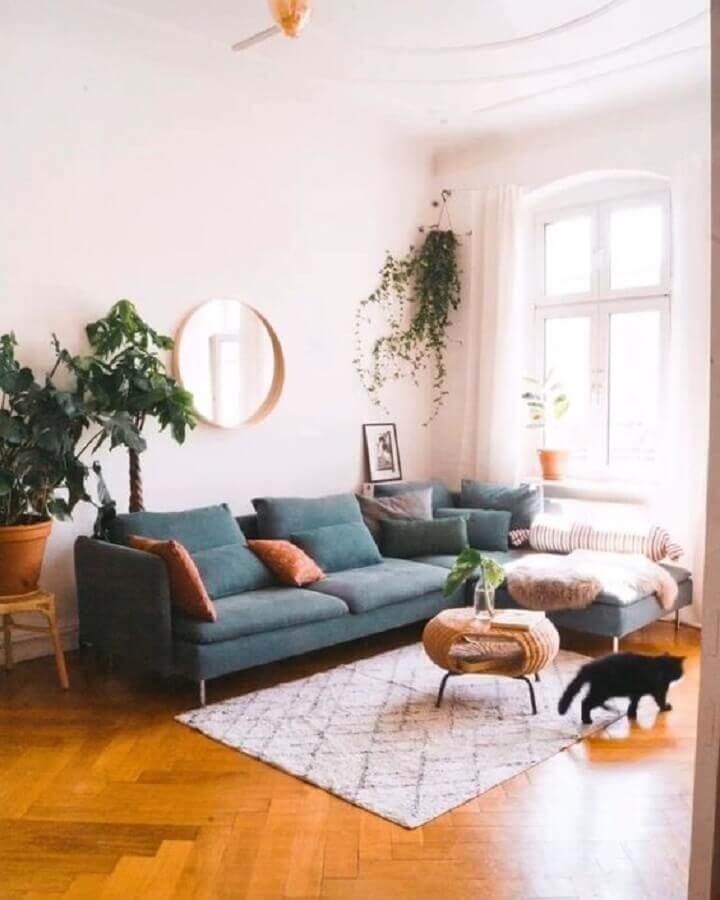 sala simples decorada com tapete pequeno e sofá com chaise Foto Pinterest