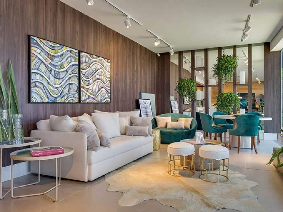 sala sofisticada decorada com tapete de couro bege Foto Inove Design