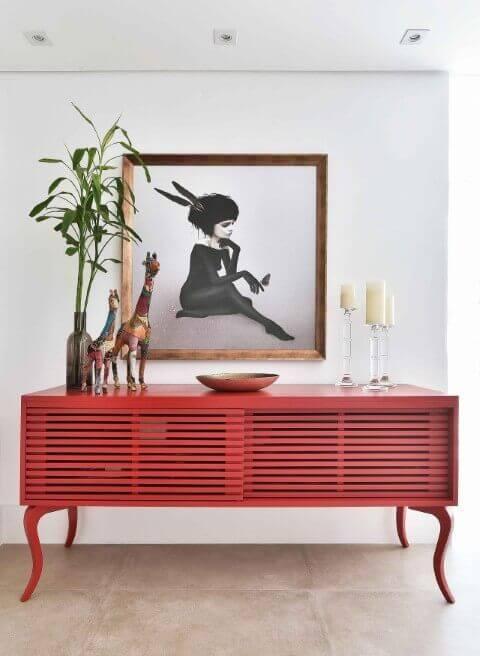 Sala vermelha com aparador moderno