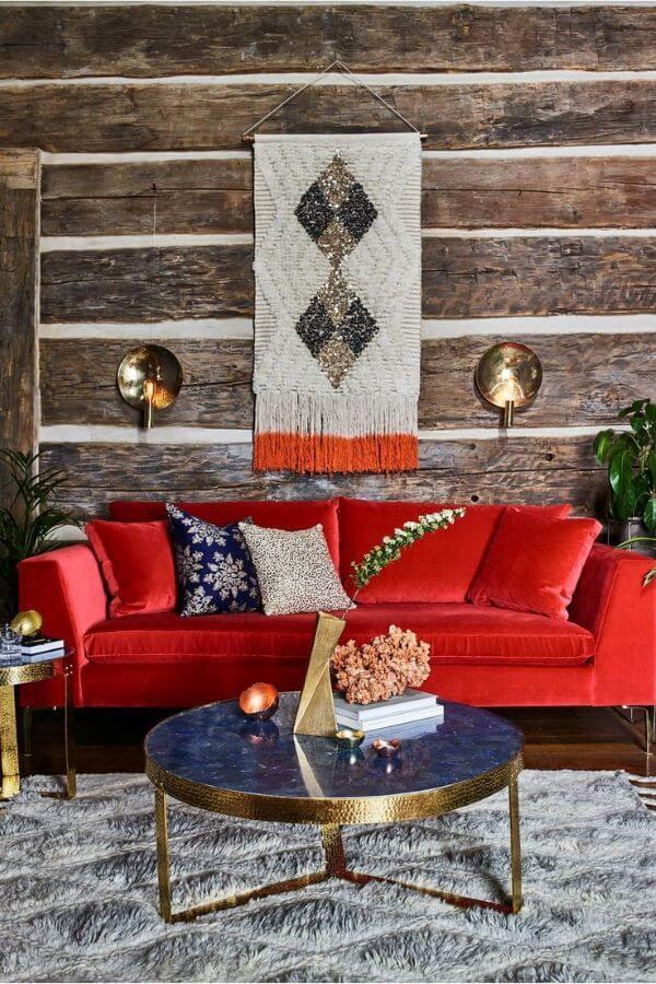 Sala vermelha com parede de madeira