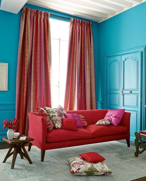 Sala vermelha com azul e rosa