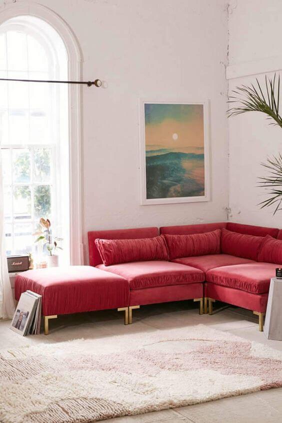 Sala vermelha com sofá em destaque